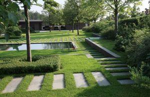 Газон – это одно из главных украшений любого загородного участка